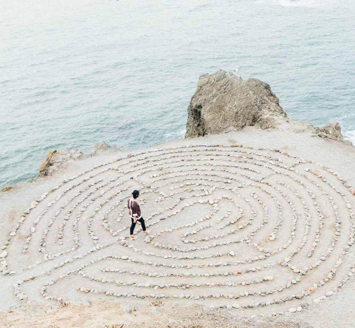 vrouw loopt door labyrinth van stenen